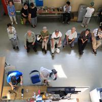 避難所の八幡公民館で携帯の充電や涼む人たち=千葉県市原市で2019年9月11日午後2時3分、玉城達郎撮影
