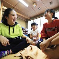 八幡公民館で避難する宗延愛和さん(15・左)。「家はエアコンが付かないし、ここに来ると涼しいし友達もいるから時間を忘れられる」と笑顔を見せた=千葉県市原市で2019年9月11日午後2時43分、玉城達郎撮影