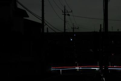 日没時間が過ぎ、信号も消え暗闇に包まれた住宅街では車のライトだけが光っていた=千葉県市原市で2019年9月11日午後7時14分、玉城達郎撮影