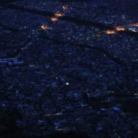 台風15号の影響による停電が続く住宅街(手前)=千葉県木更津市で2019年9月11日午後6時11分、本社ヘリから小川昌宏撮影