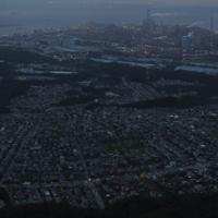 台風15号の影響による停電が続く住宅街(手前)=千葉県木更津市で2019年9月11日午後6時、本社ヘリから小川昌宏撮影