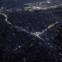 台風15号の影響による停電が続く住宅街(手前)。中央上はJR君津駅=千葉県君津市で2019年9月11日午後6時18分、本社ヘリから小川昌宏撮影