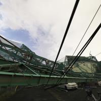 台風15号の影響で倒壊し、住宅や車に直撃したゴルフ場の支柱やネット=千葉県市原市で2019年9月11日午後9時5分、玉城達郎撮影(5秒間露光)