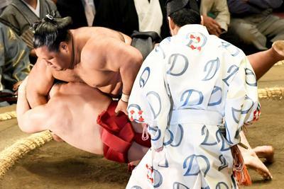 松鳳山(奥上)が炎鵬を浴びせ倒しで破る=東京・両国国技館で2019年9月11日、藤井太郎撮影