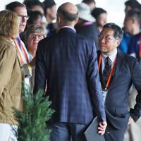 ホースインスペクションで関係者と協議する獣医師の天谷友彦さん(手前右端)=東京都世田谷区で、吉田航太撮影