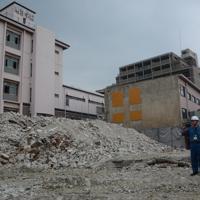 明浄学院高校で校舎解体工事が中断している現場を視察する大阪市職員=大阪市阿倍野区で2019年8月19日、加藤栄撮影