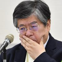 記者会見で、質問に厳しい表情を見せる明浄学院の西和彦理事長=大阪市阿倍野区で2019年7月20日撮影、望月亮一撮影
