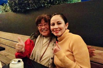 エルシーさん(右)から母国メキシコの介護事情も聞き、「次はメキシコ」と意気込む藤原さん=ロサンゼルスで2019年6月、石山絵歩撮影