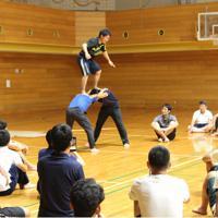 安全面を考慮し、下2人のタワーを実演。他の参加者は動画を撮るなどサポート方法を記録していた=兵庫県神戸市長田区蓮池町の県立文化体育館で、生野由佳撮影