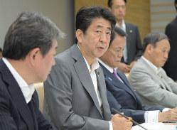 「10%後」の消費増税議論が求められている(7月31日、経済財政諮問会議で発言する安倍首相)