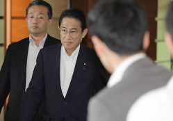 一度も総裁選に立候補したことがない岸田文雄氏〈左から2人目、首相官邸で9月4日)