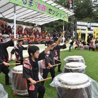 気持ちを合わせて「陸奥」を演奏する参加者=埼玉県入間市二本木で
