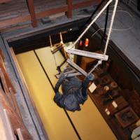 「縄梯子」を使って3階から1階まで一気に逃げられる=滋賀県甲賀市で、久保聡撮影