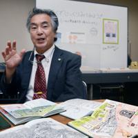 自身で絵を描いた野帳を前に魅力を語る河内一浩さん=福岡市で、加藤小夜撮影