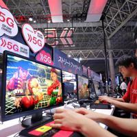 「東京ゲームショウ2019」で展示された5Gのゲームをプレーする人たち=千葉市美浜区の幕張メッセで2019年9月12日午前10時37分、宮武祐希撮影