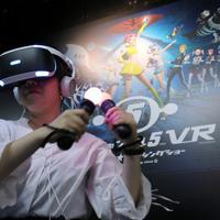「東京ゲームショウ」で展示されたVRを使ったダンスゲームで遊ぶ人=千葉市美浜区の幕張メッセで2019年9月12日、宮武祐希撮影