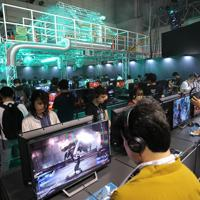「東京ゲームショウ」のスクウェア・エニックスのブースで、ゲームの世界観を表現した会場で遊ぶ人たち=千葉市美浜区の幕張メッセで2019年9月12日、宮武祐希撮影