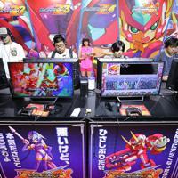 「東京ゲームショウ」で、カプコンのブースで展示されたゲームで遊ぶ人たち=千葉市美浜区の幕張メッセで2019年9月12日、宮武祐希撮影