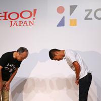 ヤフーがZOZOを買収することを発表し、記者会見で頭を下げるZOZOの前沢友作氏(右)とソフトバンクグループの孫正義会長兼社長=東京都目黒区で2019年9月12日午後6時26分、長谷川直亮撮影