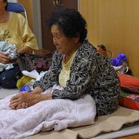 避難所に宿泊する女性。「ここにいた方が安心だから」というが、連泊の疲れが表情ににじむ=千葉県南房総市白浜町で2019年9月12日午後8時3分、北山夏帆撮影
