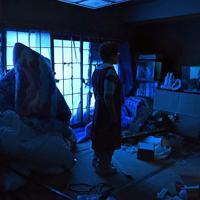 ガラスが割れた窓を覆うビニールシートで青く染まった女性の自宅。「布団もたたみも雨でやられて、この家は廃屋だ」とつぶやいた=千葉県館山市船形で2019年9月12日午後4時14分、北山夏帆撮影