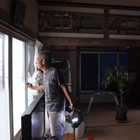 台風で窓ガラスが割れ、雨で畳がぬれたり欄間の和紙がやぶれたりした男性の自宅=千葉県館山市船形で2019年9月12日午後4時32分、北山夏帆撮影