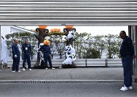 A group of individuals who appear to be connected to the Yamaguchi-gumi are seen at a parking entrance with Halloween decorations, in Nada Ward, Kobe, Hyogo Prefecture, on Oct 31. 2019. (Mainichi)