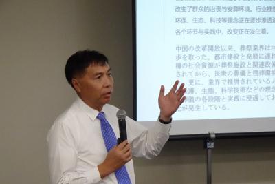 講演する中国の葬送協会副会長の王計生氏