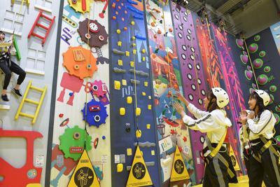 壁のぼりやロープなどさまざまなアトラクションを楽しめるスポーツ・アスレチック施設「ノボルト」=福岡市西区で2019年9月13日午前11時11分、上入来尚撮影