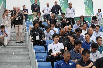 東京五輪・パラリンピックのカヌーのテスト大会で、観客席に降らせた暑さ対策の人工雪を浴びる人たち=東京都江東区で2019年9月13日午前10時12分、佐々木順一撮影