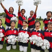 「ラグビータウン熊谷」のチアダンスチーム「チームミラボ」は40代から78歳までのシニア約25人のチームだ。チーム名の「ミラボ」はいくつになってもミラーボールのように輝き続けたいとの思いが込められている。ラグビーW杯ファンゾーンのイベントに出演する。中井悦子さん(78歳・前列左から2人目)は「笑顔は世界共通。外国から熊谷に来るファンの人たちを笑顔と元気で迎えたい」=埼玉県熊谷市で2019年9月1日、長谷川直亮撮影