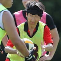 ボールの音や、相手の声を頼りパスを出す添田翔さん(28)。先天性白内障で生まれつき弱視だ。元々体を動かすことは好きだったが、膝も悪く出来る競技は限られていたが、ラグビーは声を掛け合いながら、手でボールを持ってパスをつなでるので「自分でも出来る」と一気にのめり込んだ。「同じ障害のある人にも競技を知ってもらって勇気づけたい」=東京都府中市で2019年8月24日、宮武祐希撮影