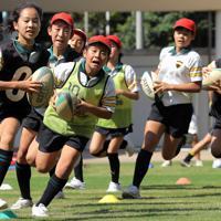 ボールを持って走る練習をする青山学院初等部のラグビー部「コアラ-ズ」の子どもたち。創部は1953年と日本最古の1つ。部員数は70人で、3~6年生の児童たちが練習に励む。バックスキャプテンを務める松村瑞月さん(11)は「色々な個性がある人が集まってプレーするラグビーが楽しい。歴史あるラグビー部の一員として、先輩たちの意思を継いでいきたい。W杯を機会にラグビーがもっと人気になれば」と話した=東京都渋谷区で2019年9月7日、宮武祐希撮影