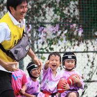 約40人が在籍する「文京ラグビースクール」幼児クラスの子どもたち。練習に取り入れている「だるまさんが転んだ」で鬼役(手前左)のコーチが動くたびに笑顔を見せた。斎藤守弘校長(61)は「勝つことも大事だが、人として成長することが一番。特殊な形のボールを使うので思い通りにいかない事が多い。自身の成長の喜びを感じて欲しい」と話す=東京都文京区で2019年9月8日、玉城達郎撮影