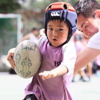 練習で汗を流す文京ラグビースクール幼児クラスの生徒=東京都文京区で2019年9月8日、玉城達郎撮影