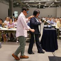 障害のある人への対応を学ぶラグビーW杯のボランティアら。座学やスタジアムでの訓練など約9時間の研修を受け、本番に備える。東京会場でボランティアとして参加する内藤篤史さん(50)は「1人だと小さな力だが大きな大会を支える一員としてがんばりたい」と語る=東京都千代田区で2019年7月5日、長谷川直亮撮影