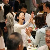 研修で自己紹介をした後にハイタッチするボランティア。観客を迎え入れるボランティアもチームワークが大事だ=東京都千代田区で2019年7月5日、長谷川直亮撮影