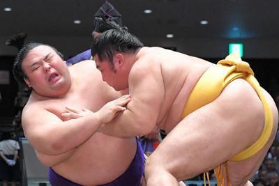 つきひざで遠藤(右)に敗れる貴景勝=東京・両国国技館で2019年9月13日、滝川大貴撮影