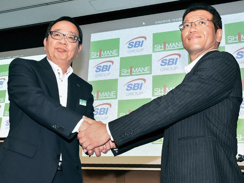 提携を発表した島根銀の鈴木良夫頭取(左)とSBIホールディングスの森田俊平専務取締役
