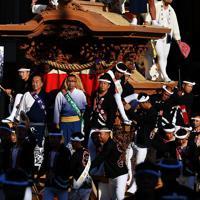 威勢のいいかけ声とともに登場するだんじり=大阪府岸和田市で2019年9月14日午前7時34分、猪飼健史撮影