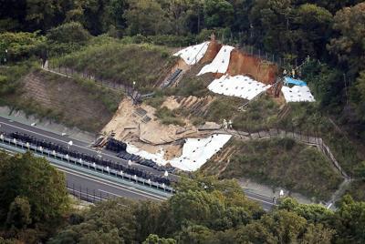 のり面が崩落した新名神高速下り線=三重県四日市市で2019年9月14日午後5時12分、本社ヘリから幾島健太郎撮影