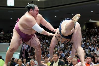 友風(左)が鶴竜をはたき込みで破る=東京・両国国技館で2019年9月14日、宮武祐希撮影