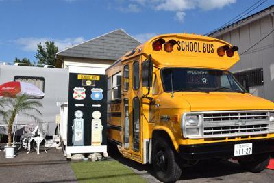 米国のスクールバスを改装した宿泊施設=大津市真野5で2019年9月6日午後3時17分、諸隈美紗稀撮影