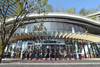 「SAKURA MACHI Kumamoto」のオープンを祝いテープカットする関係者ら=熊本市中央区で2019年9月14日午前9時33分、矢頭智剛撮影