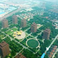 「龍希国際ホテル」から見下ろした華西村。高層の建物や住宅、工場などが整然と並ぶ=中国・江蘇省で2019年8月