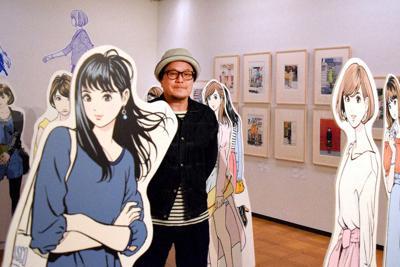 「彼女展」の会場で作品パネルに囲まれる江口寿史さん=兵庫県明石市で、鈴木梢撮影