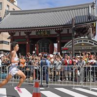 浅草寺の雷門前を通過する設楽悠太=東京都台東区で2019年9月15日、北山夏帆撮影