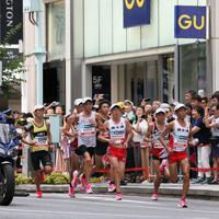 銀座の街を力走する男子選手たち=東京都中央区で2019年9月15日、吉田航太撮影
