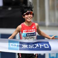 女子2位でフィニッシュする鈴木亜由子=東京都港区で2019年9月15日、宮間俊樹撮影