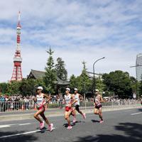 東京タワー前を走り抜ける男子選手たち。左端は鈴木健吾=東京都港区で2019年9月15日、小川昌宏撮影